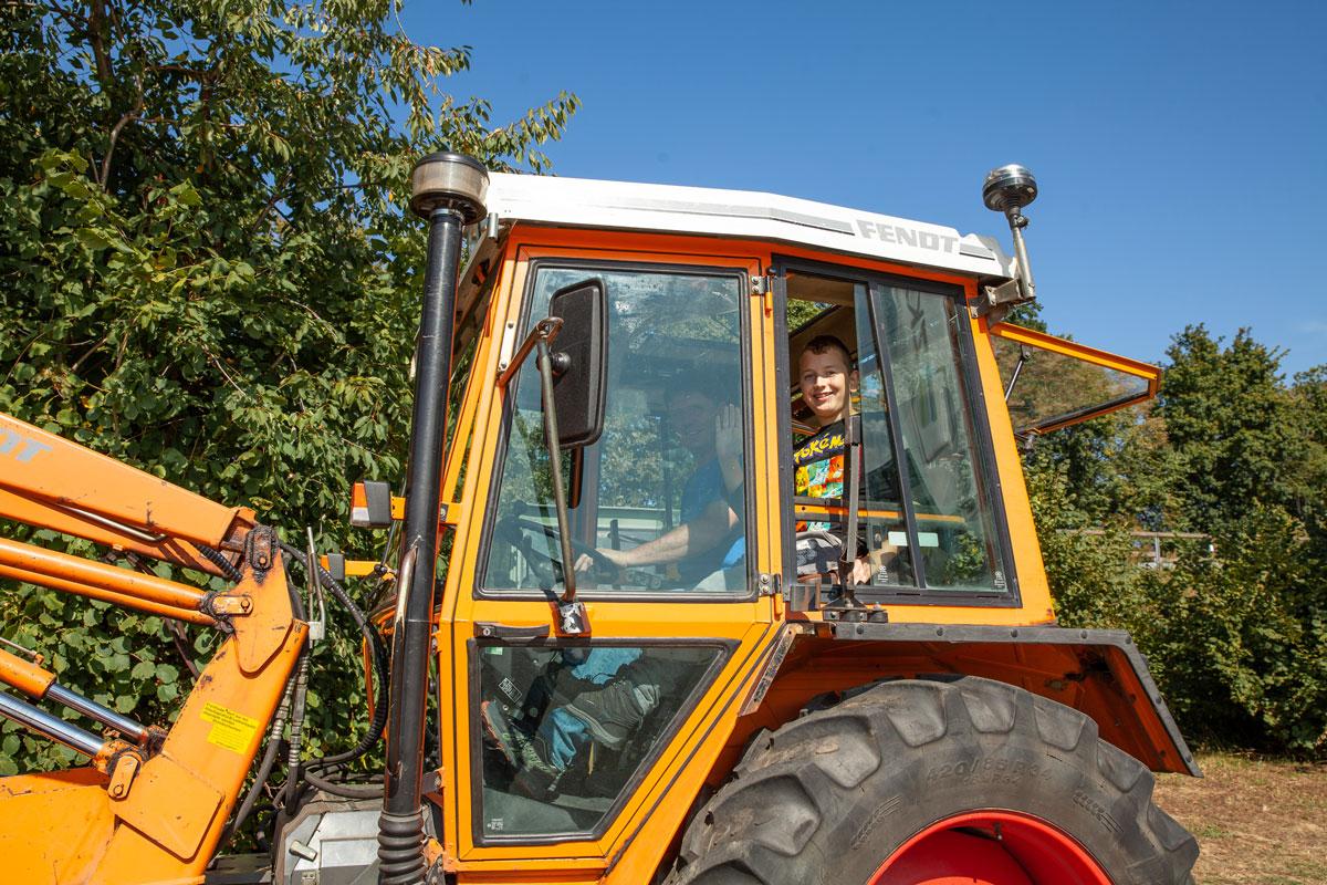 Mitfahren bei einem Traktor