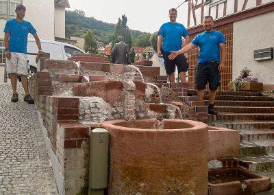 Brunnensanierung, Scheuergasse, Zwingenberg, von links: Thobias Kohlen, Tobias Ritzert und Alexander Tille, es fehlt: Helmut Rhein
